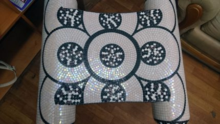 Чёрно-белый табурет для хаммама, отделанный мозаикой